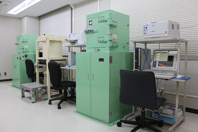 鉛等で遮蔽した環境下でγ線を放出する上記の放射性同位元素を測定します。